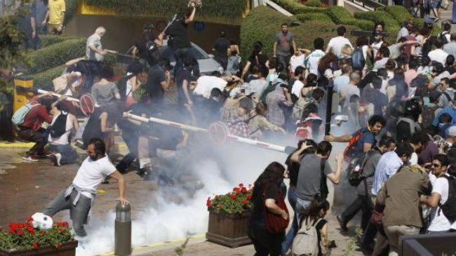 Turkey police fire tear gas at protestors