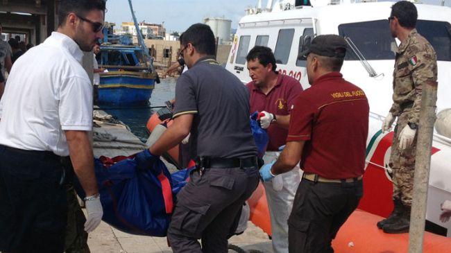 328889_Italy-boat-migrant