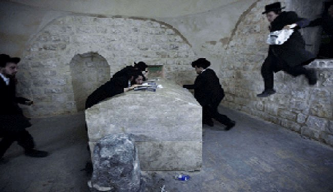 Zionist settlers invade Joseph's tomb in Nablus