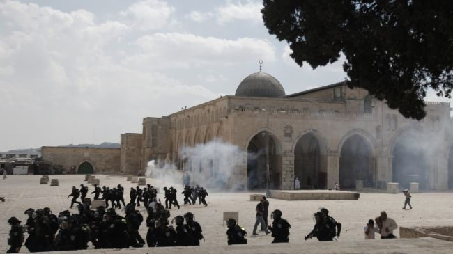 israeli police storm al aqsa mosque