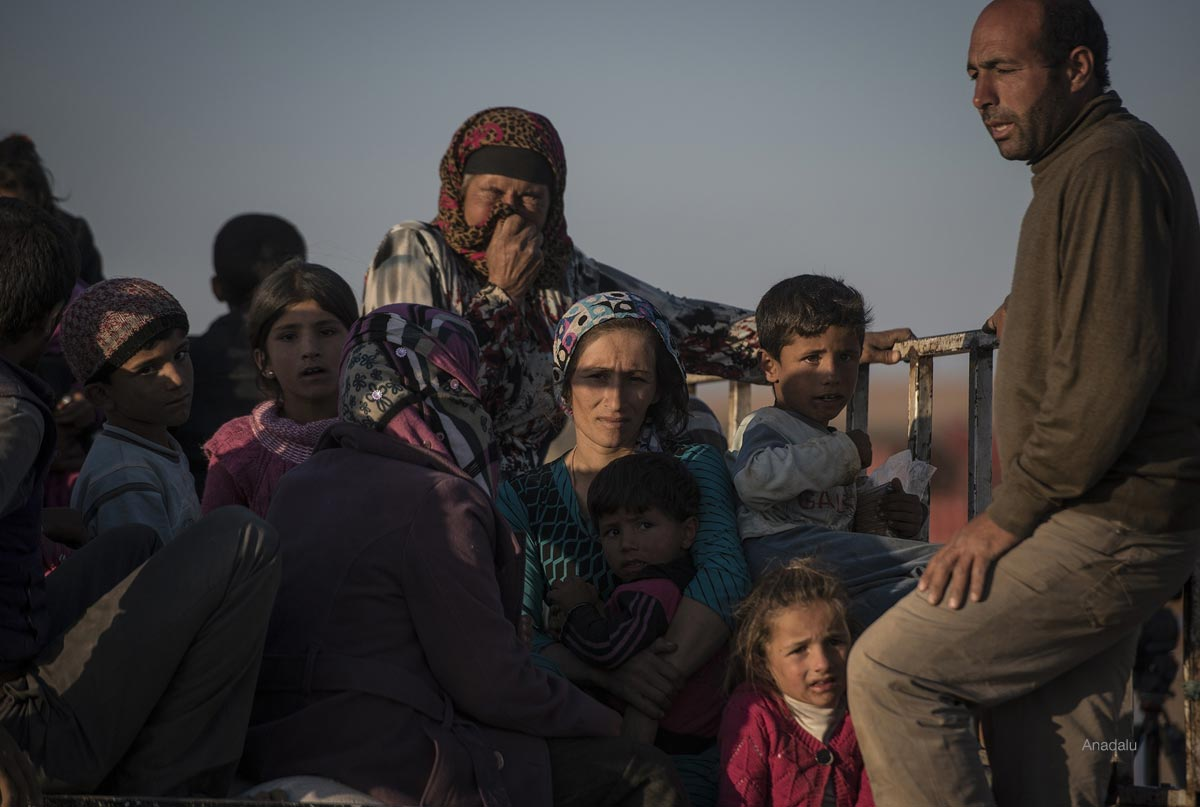 Syrians fled ISIL cross into Turkey