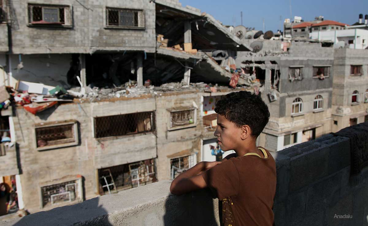 child-overlooking-destruction-in-Gaza-due-to-Israeli-Airstrikes