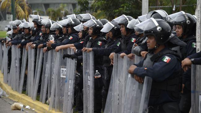 385543_Mexico-police-protest