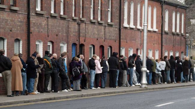 386121_UK-unemployed-queue