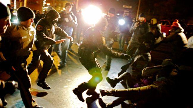 386975_Ferguson-police-protesters