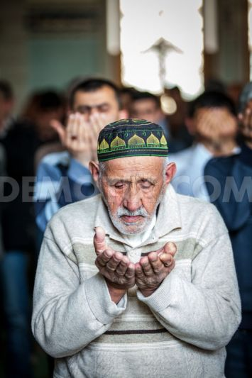 1365198758-azerbaijani-muslims-pray-in-mosque-during-friday-prayers_1934796
