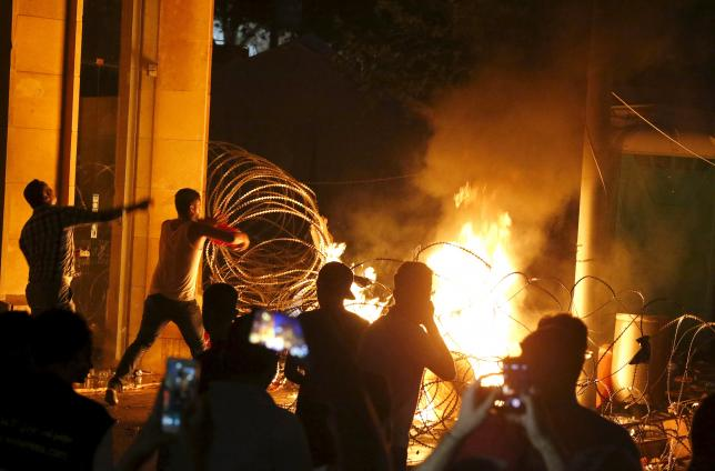 Protesters start a fire during a protest against corruption and against the government's failure to resolve a crisis over rubbish disposal, near the government palace in Beirut, Lebanon August 23, 2015. REUTERS/Mohamed Azakir
