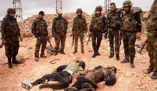 قوات الجيش السوري يقفون امام قتلى من المسلحين