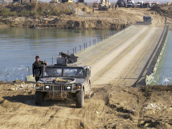 Iraqi security forces cross a bridge built by corps of engineers over the Euphrates in Ramadi, December 22, 2015. Picture taken December 22, 2015.   REUTERS/Stringer