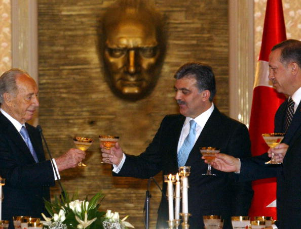 Israeli President Shimon Peres (L) toasts with his Turkish counterpart Abdullah Gul (C) and Turkish Prime Minister Recep Tayyip Erdogan during their official dinner in Ankara, 12 November 2007.  Israeli President Shimon Peres pledged today that his country would work for a tangible result at an upcoming US-sponsored Middle East peace conference, saying that the Jewish state is ready to make peace with the Palestinians. AFP PHOTO / ADEM ALTAN (Photo credit should read ADEM ALTAN/AFP/Getty Images)