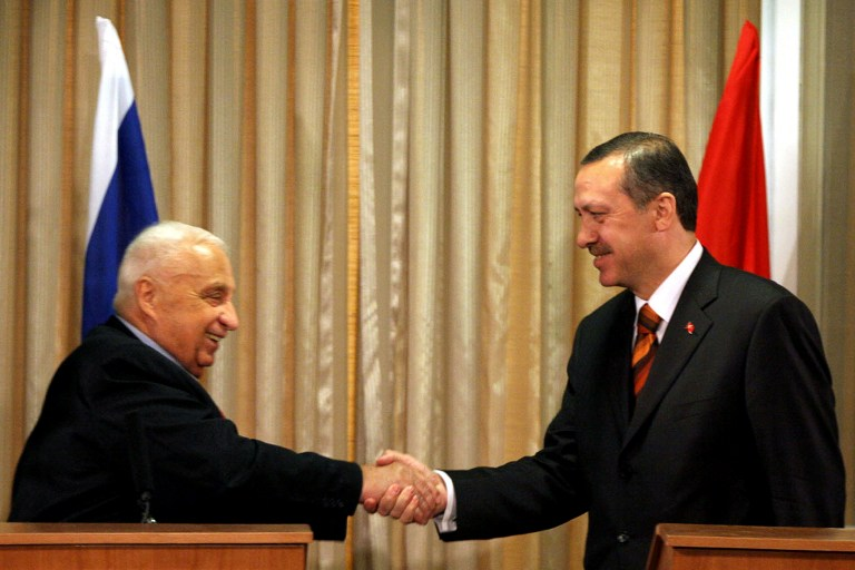 Turkish Prime Minister Recep Tayyip Erdogan shakes hands with Israeli Prime Minister Ariel Sharon during a joint press conference in Jerusalem, 01 May 2005. Erdogan arrived on his first official visit to Israel today, stressing the strength of ties with the Jewish state and offering to mediate for peace in the Middle East. AFP PHOTO/EITAN ABRAMOVICH