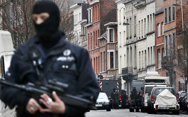 Police at the scene of a security operation in the Brussels suburb of Molenbeek in Brussels, Belgium, March 18, 2016.   REUTERS/Francois Lenoir