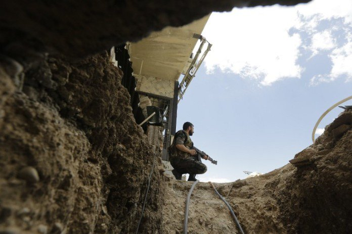 Syrian-soldier-at-tunnel-696x464