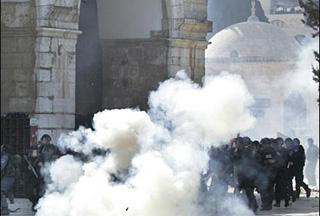 Photo of Israel shuts down Al-Aqsa mosque, turns violent
