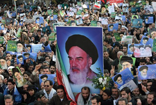 Photo of Iranians protest desecration of Imam Khomeini photo