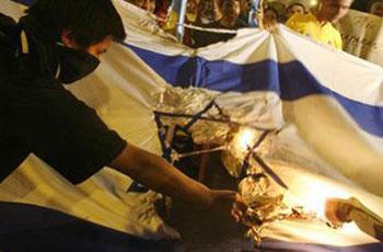 Photo of Palestinian captives tore Israeli flag