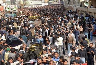 Photo of 1000s mourn Karachi bomb victims