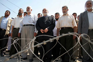 Photo of Palestinians protest Egyptian steel barrier