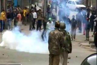 Photo of Over a dozen injured in Kashmir clashes