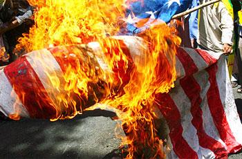 Photo of Turkish activists set fire US flag