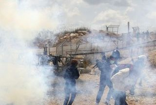 Photo of Israeli soldiers clash with Palestinians