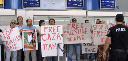 Photo of Protesters delay Israeli flight over siege