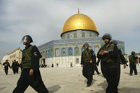 Photo of Israeli forces raid al-Aqsa Mosque