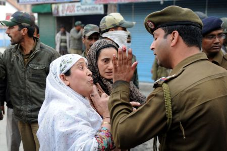 Photo of Indian troops detain activists in Kashmir