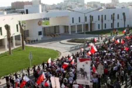 Photo of Bahrainis protest outside cabinet palace