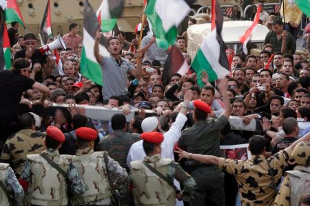 Photo of Anti-Israel Rally turns Violent in Cairo