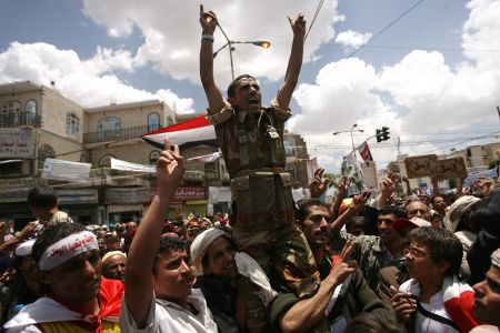 Photo of More Yemeni Officers, Soldiers defect to Join Revolutionists
