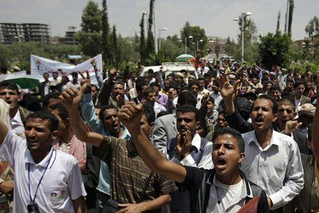 Photo of Heavy clashes erupt in Sana'a, 18 killed