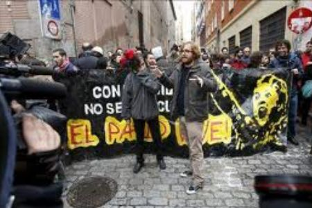 Photo of video- Spaniards squat hotel building to protest capitalist system