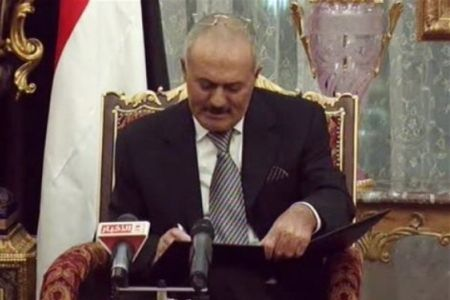 Photo of Yemeni Saleh signs power transfer deal