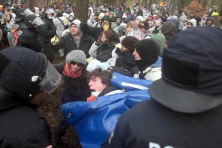 Photo of German police arrested 1300 anti-nuclear activists  at nuke train demo