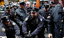 Photo of Great Satan US Police Clamp Down on Protesters in Manhattan