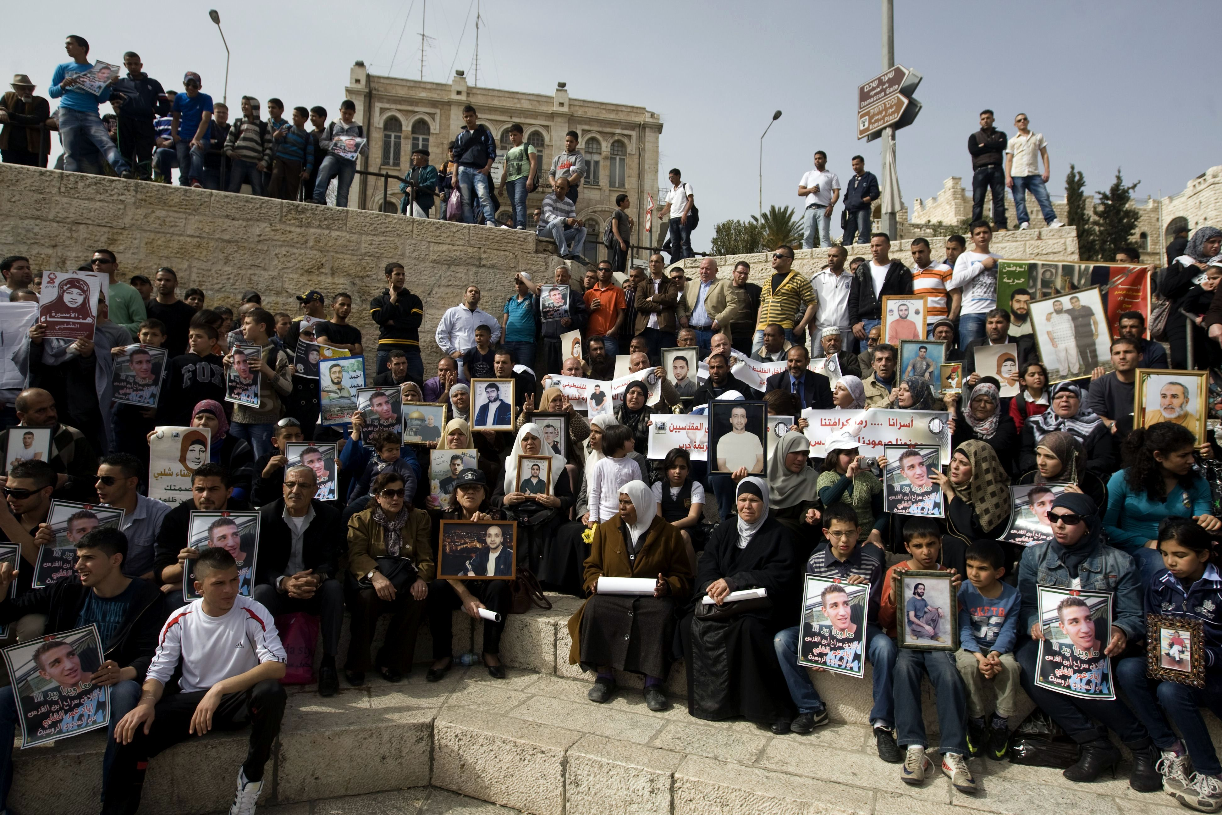 Photo of 10 Palestinian hunger strikers taken to Isreali hospital