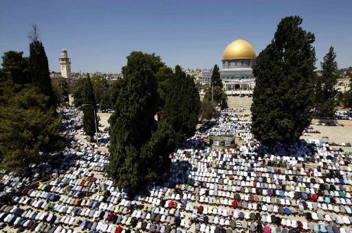 Photo of 100 thousand worshipers attend Friday prayers at the Aqsa