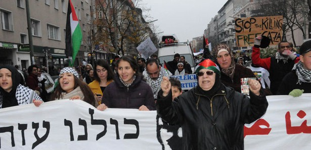 Photo of People in Berlin protest zionist attacks on Gaza