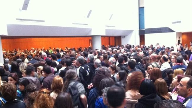 Photo of Thousands of employees occupy Bank of Cyprus headquarters