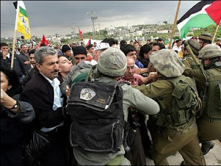 1220556251israeli_troops_pushing