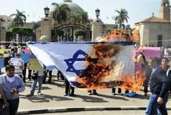 Photo of Egyptians set fire to Israeli flag