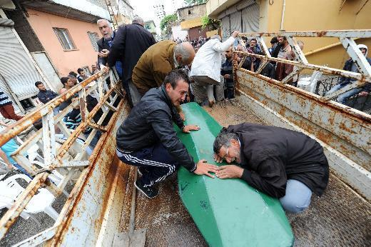 Photo of Reyhanlı people bury the blasts victims amid protest the government