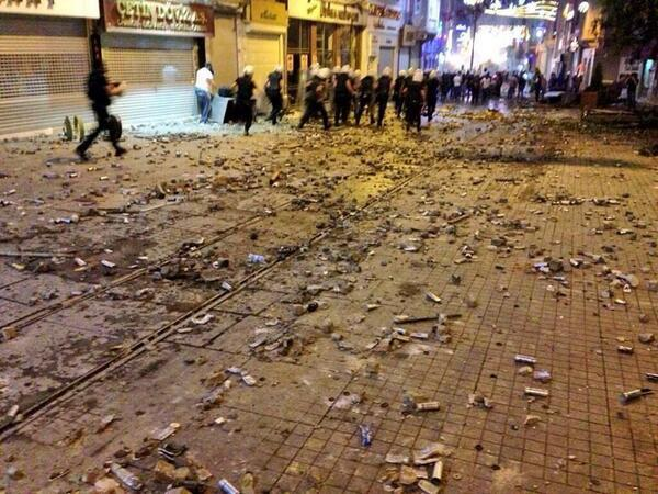 Photo of (PHOTOS, VIDEO)-Riots, barricades, street battles as police fight protesters in Turkey