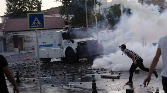 Photo of Protesters hurl stones at Erdogan's office in Istanbul