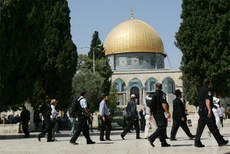 Photo of Slaughterer Zionist israelis Storm Al-Aqsa on First Day of Ramadan, Chant Anti-Arab Slogans