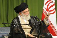 Leader receives literary figures, veteran poets
