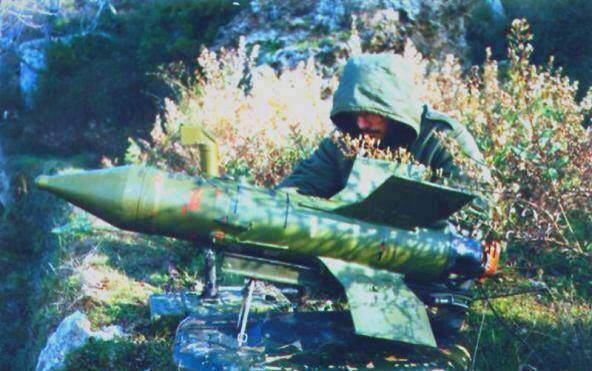 Photo of A rare picture of Sayyed Hassan Nasrallah ..On the battlefield