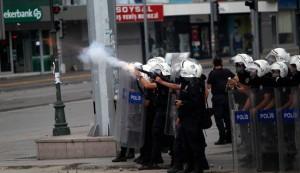 Turkish police, students clash in Ankara