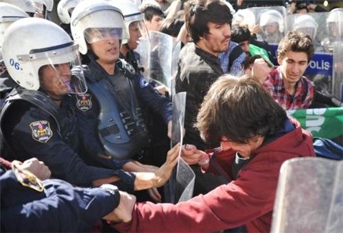 Photo of University Students, Police Clash in Ankara